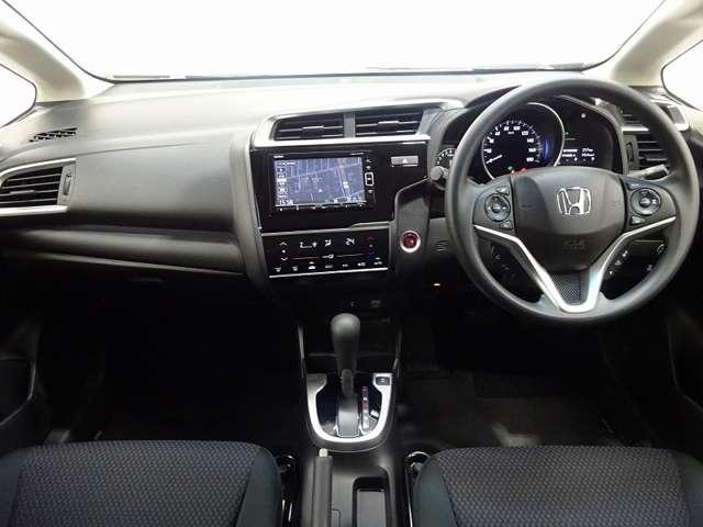 インパネシフトだから視線の移動も少なく、足下もスッキリ♪運転席もゆったりしているので余裕を持ってドライブできますね。