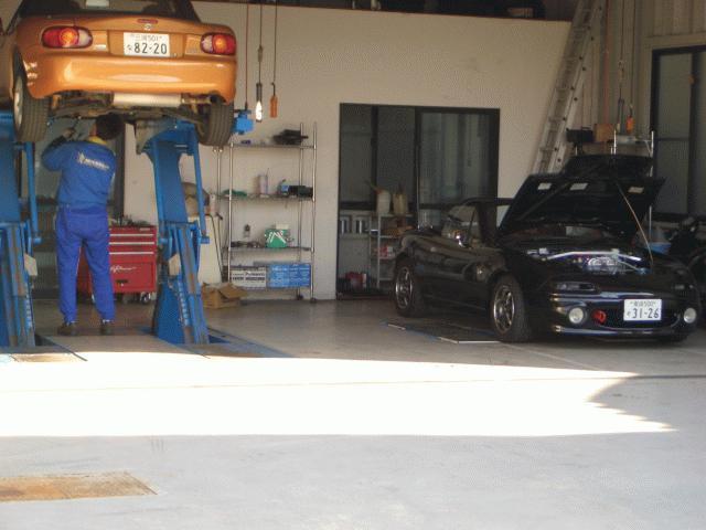 専門店ならではのノウハウをもとに熟練のメカニックがしっかりと納車整備を行います。また納車点検だけでなく同時に当社の培ってきた技術を生かして当時の新車以上の状態に仕上げる ことも可能です。