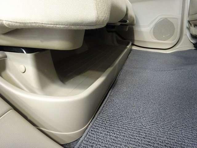 リアシートも広々・・・。シート下には大きなトレイがあります。置き場所に困る傘など車内を散らかさずに積んでおけます。