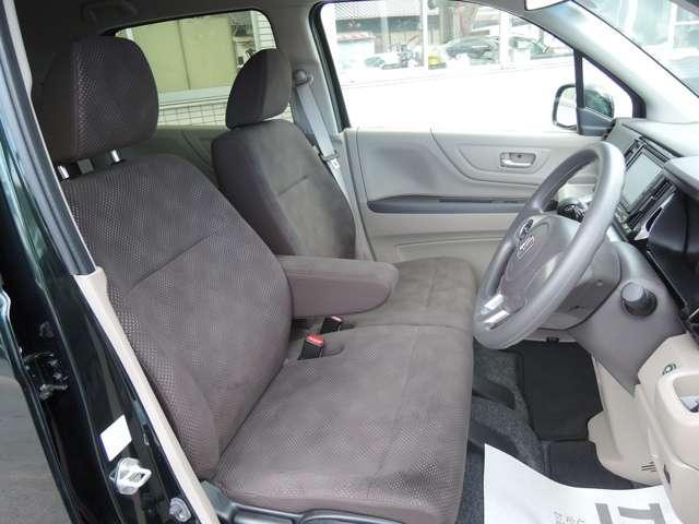 大柄な人でも不満の無いようの設計したフロントベンチシート。運転席は高さ調整もついており小柄な方でも視界良好です。インパネシフトで左右の移動が楽々。停車時に危険な道路側に降りずに済むので安心ですね