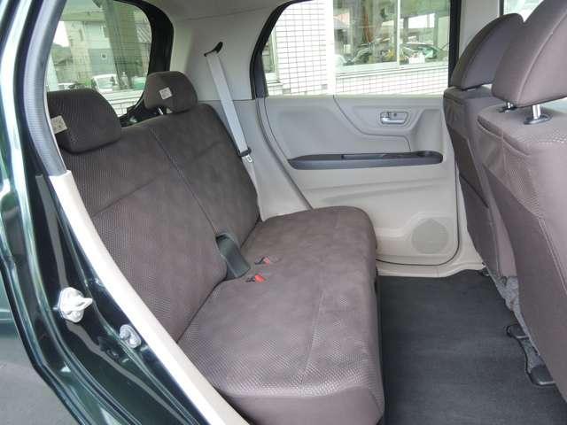 リアシートです!シートを20cmスライドさせることが出来るので、足元を広くしたり、荷物が多い時は荷室スペースを広くとることも出来ます☆更にシートの下にも収納スペースが!!傘や靴など収納すればすっきり♪