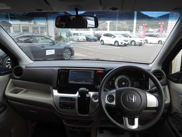 自然に手が届き、操作性の良いインパネシフトの左側、赤いボタンでエンジンスタート!パーキングブレーキはフットブレーキタイプなので、運転席と助手席の間は、スッキリしています。