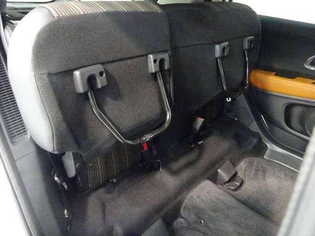 座面を跳ね上げれば、後席が背の高い空間に。駐車場などで後ろが狭く、テールゲートが開けられない時に、横から積みやすい「もうひとつの荷室」になるなど、アイデア次第で使い方が広がります