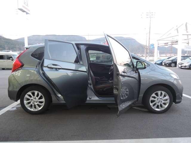 低床設計で運転席も楽々乗り降りできます。ドアも大きく開きますので、一段と乗り降りがしやすいです