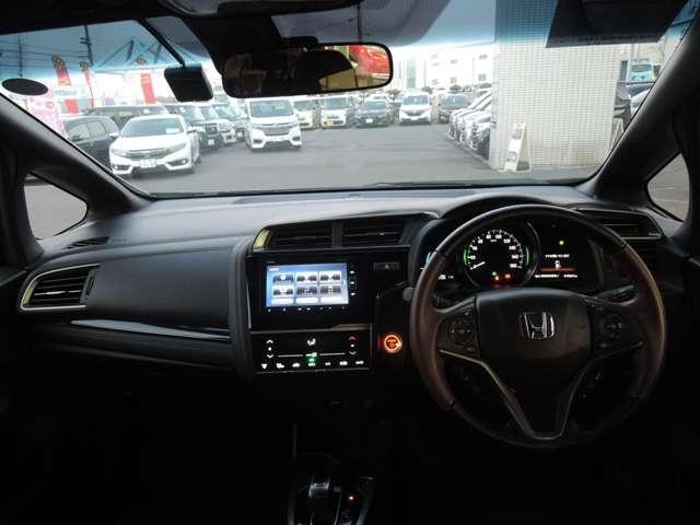 低めでお洒落なダッシュボードと大幅に進化したの「視界の広さ」が自慢です。クオーターガラスが広いので運転視界の広さは抜群です。