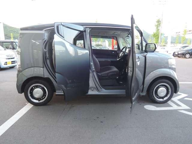 低床設計で運転席もリアドア部も楽々乗り降りできます。ドアも大きく開きますので、一段と乗り降りがしやすいです