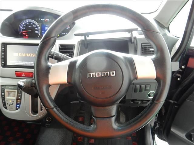 ハンドルは世界の名門ブランドの「MOMO」のハンドルです。センターメーターなので、運転席周りもすっきりしております