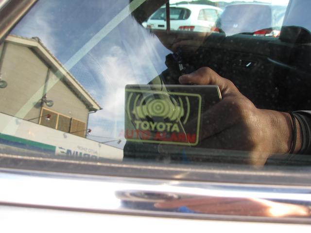 こちらのお車には、盗難防止装備が採用されています。盗難防止装備とは、車両盗難を防止する装置のことで、合鍵作成やロック破壊による盗難防止に極めて有効で、高級車を中心に採用が増えています。