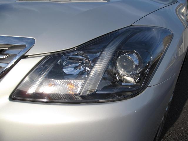 明るい白い光で視界良好なHIDヘッドライト搭載。ディスチャージライトとも呼ばれてます。白くて明るい光源で視認性が高まります。