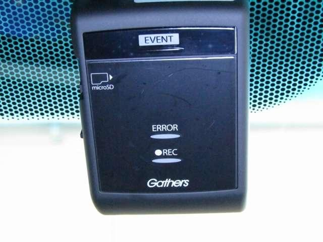ドライブレコーダーは、万一の状況を映像と音声で記録。録画した映像は液晶モニター、SDカードに対応したパソコンで再生可能。