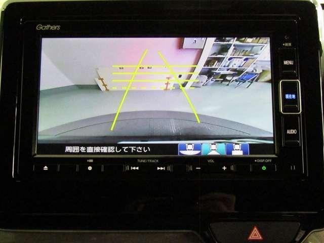 バックをするとき自動でリアの様子が映る『リアカメラ』付き!ナビ画面で確認しながらバックができ、ガイドラインで距離感がつかめるので後ろの壁も安心ですね。でも、周りへの目視も忘れないでくださいね!
