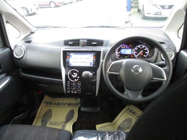 視界良好の室内となっております。室内空間も広く乗り心地の良いお車です。