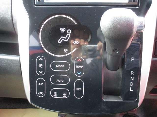 タッチパネル式のオートエアコンです。スマートファンのような操作性でスイッチひとつで簡単にお使いいただけます。