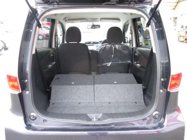 しかもシートは片側つづ倒れてくれますし後部座席は前後にスライドしてくれる便利な作りになってます。