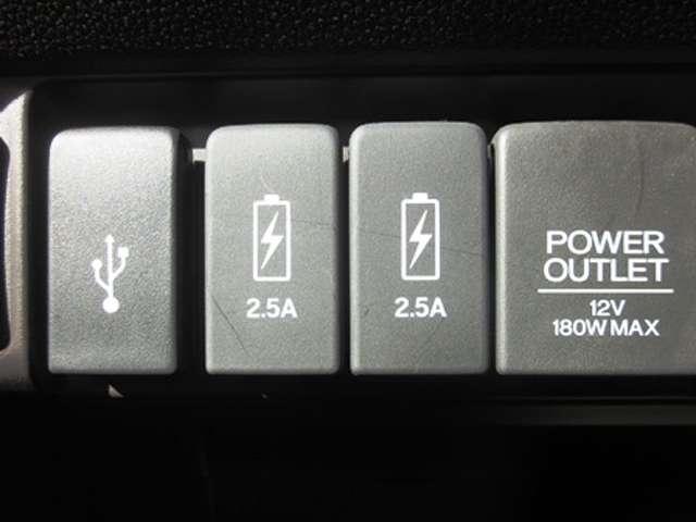 充電用を含め3口のUSBポートを装備してます。