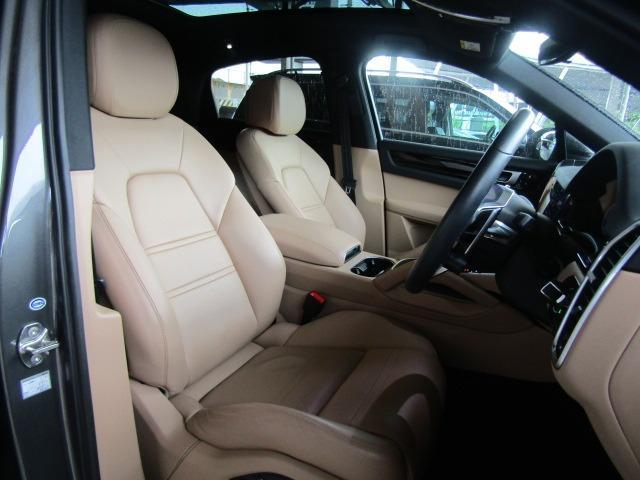 ベージュ革シートで高級感溢れる車内内装となっております!