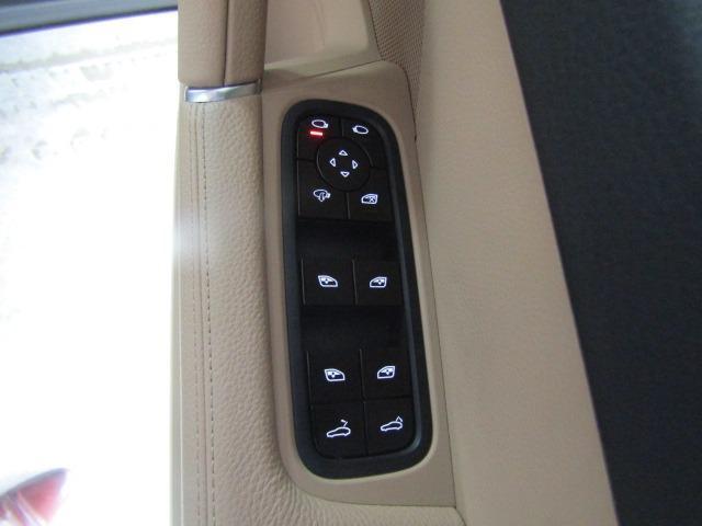 電動リアゲート搭載!!運転席からリアゲートの開閉が可能です!!