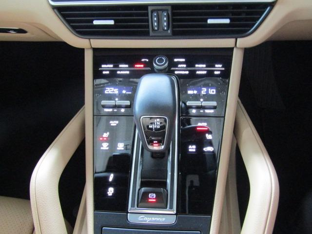女性に嬉しいデュアルエアコン搭載!!運転席・助手席で別々の温度調節が可能です!!