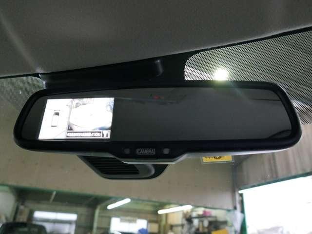 ディスプレイ付き自動防眩式ルームミラー。後方からのまぶしいヘッドライトの明かりを抑えます。