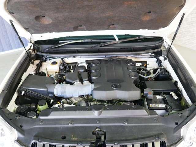 エンジンルームをクリーニングしてご納車いたします。