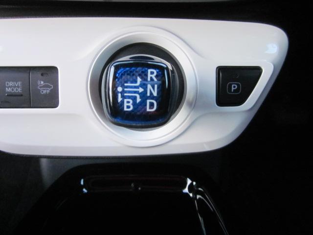 ★シフトは「セレクトレバー」式です。ジョイスティックの感覚で操作します。右側のPボタンはパーキングです★