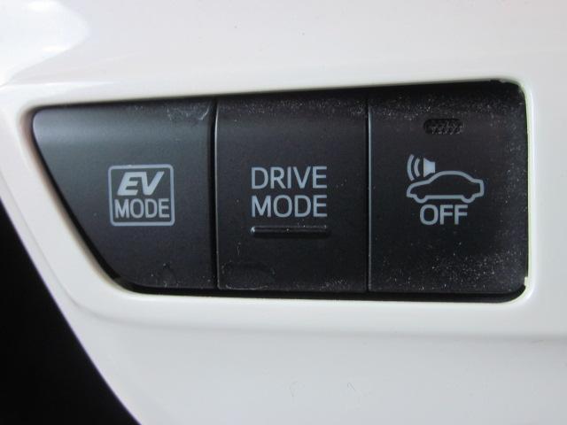 ★モーターのみで走行する【EVモード】、走行モードを切り替える【ドライブモード】(ノーマル・パワー・エコの3モード)、歩行者などに車の接近をエンジン音で知らせる【車両接近通報装置】のスイッチです★