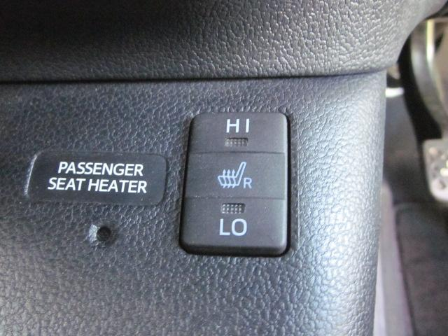 ★運転席と助手席に装備されているシートヒーターのスイッチです。LO/HIの2段階で調整できます。助手席側にも同じスイッチがあります★
