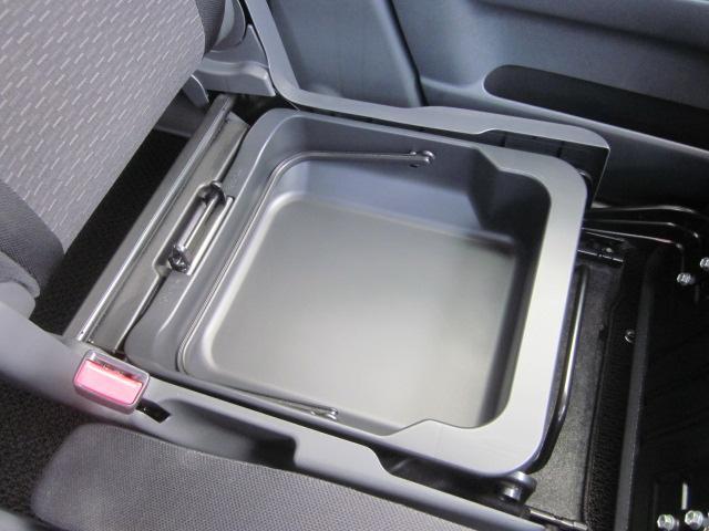 ★助手席シート下にも収納スペースがあります★