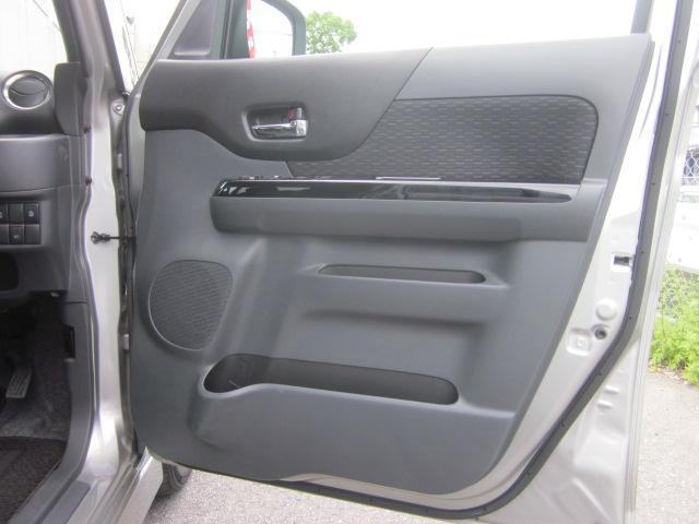 ★運転席のドアトリムには小物収納ポケットが付いています★
