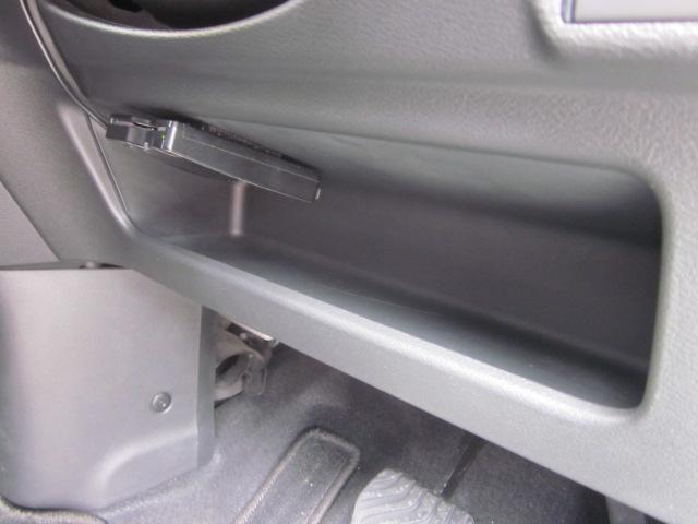 ★運転席足元の収納スペースです★