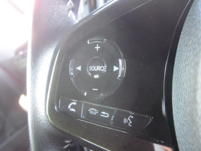 ★ハンドル左側にはオーディオのボリューム調整やチャンネル切替が出来るステアリングスイッチが装備されております★