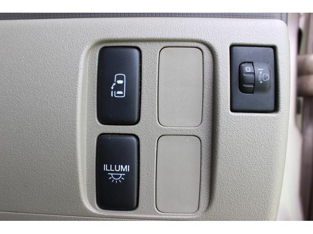 片側電動スライドドアになっているのでドアと運転席側に付いているボタン一つで簡単開閉出来ますよ♪