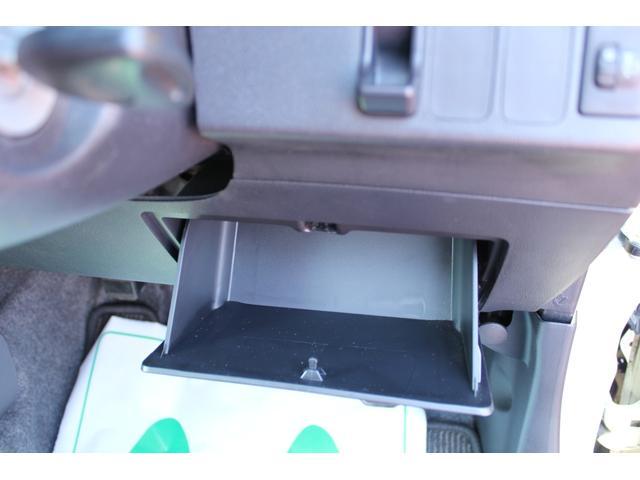 運転席から手の届く位置によく使うものを機能的に収納できますよ。