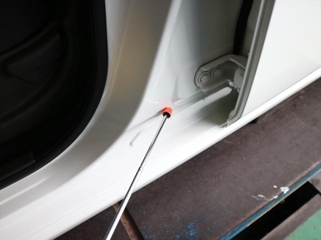 気になる修復箇所は、助手席のドアを開いて見えるこの部分。こちらに塗装歴があることで『修復歴あり』となっていますが、キレイに直っており、走行に問題はありませんよ。