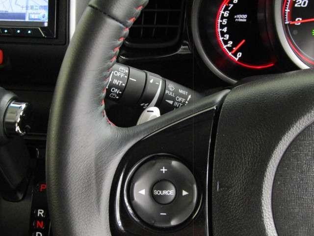 ハンドルにオーディオ操作が出来るオーディオリモートコントロールスイッチが付いてます!視線をずらす事無く操作ができる為、安全運転にも繋がります! 走行中も目をそらさずに手元で操作ができます!