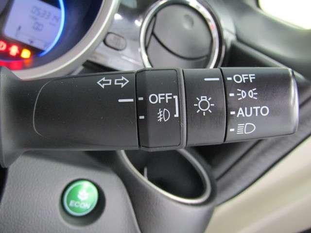 便利なオートライトコントロール機能付。エンジンON/OFFと連動しますので、面倒なスイッチ操作が不要です。周囲が薄暗くなって来たらポジション球が点灯し、さらに暗くなればロービームを点灯させます。