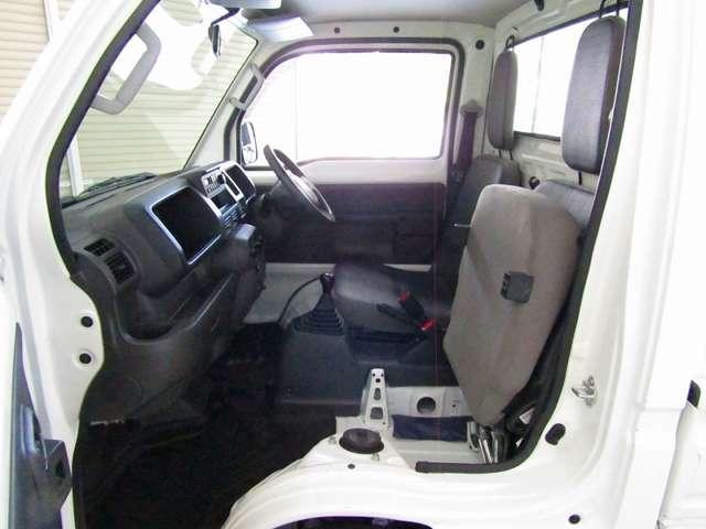 助手席のシートクッションをはね上げて固定する事ができます。