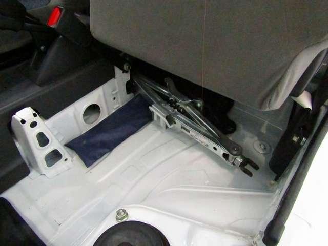 シートの下には工具が収納されています。