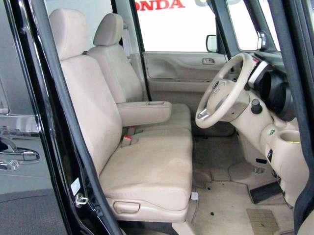 運転席、助手席ともに広々しています。また足元の広さだけでは無く、シートも大きめにしていますので体をしっかりと支え、長時間運転でも疲れが出にくい設計にしています。