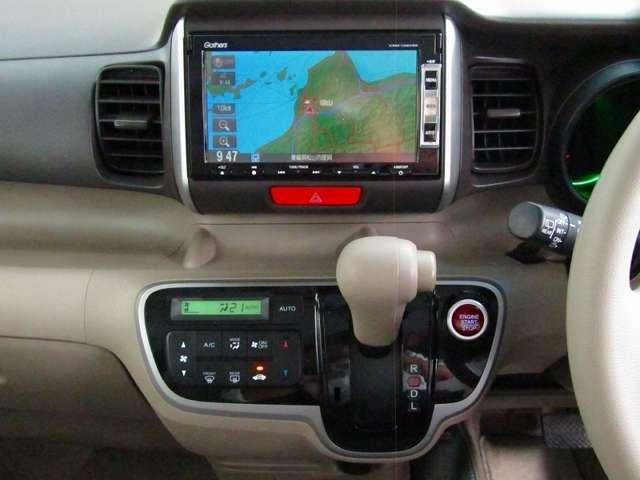 自然に手が届き、操作性の良いインパネシフトの右側、赤いボタンでエンジンスタート!パーキングブレーキはフットブレーキタイプなので、運転席と助手席の間は、スッキリしています。