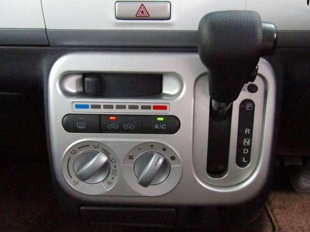 運転席からも手が届きやすく、操作しやすい空調コントロールパネル。シンプルな操作でスッキリしたデザインです。 外の天気が変わっても、室内はいつも快適空間で運転に集中できますね。