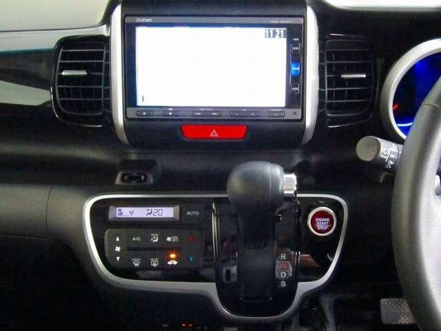 インパネシフトの右側、赤いボタンでエンジンスタート!パーキングブレーキはフットブレーキタイプなので、運転席と助手席の間は、スッキリしています。