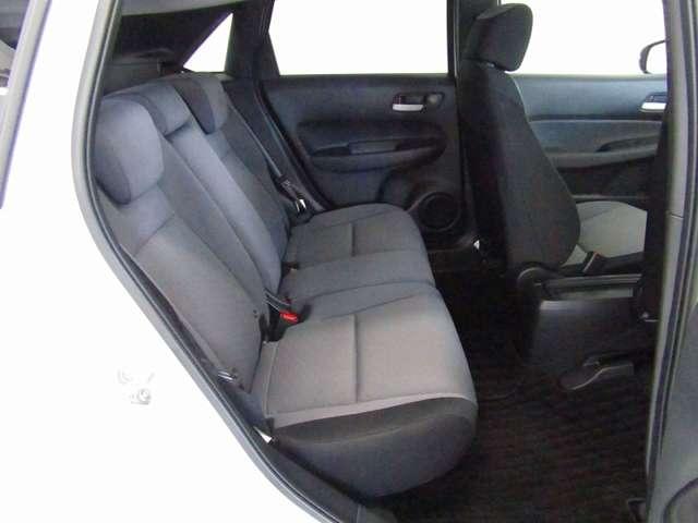 2列目シートもゆったりと座って頂けますので後部座席にお乗りの方も楽しくドライブに参加できて楽です!車内の高さもあり、勿論チャイルドシートにも対応しています。