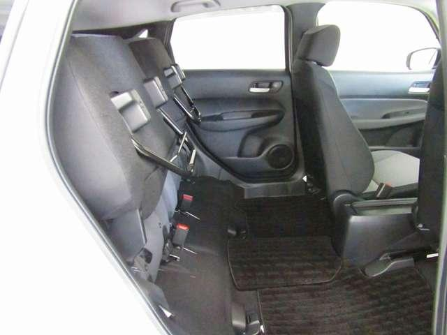 チップアップ&ダイブダウン機構付【 ウルトラリアシート 】は後席座面を左右分割で跳ね上げることができます。トランクで積載できない背の高い荷物をラクラク収納できます。ホンダ車ならではの人気装備です。