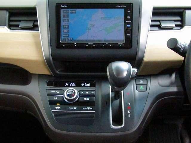 運転席からも手が届きやすく、操作しやすい空調コントロールパネル。オートエアコンなので操作の煩わしさが無くオールシーズン快適にドライブできます。快適空間で運転に集中できますね。