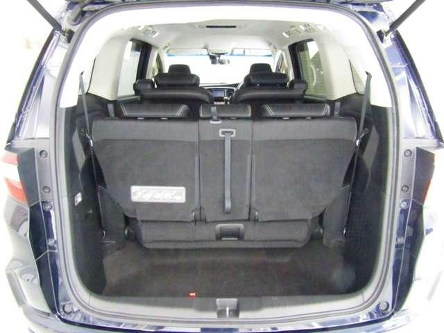 ラゲッジペースは3人がけのワイドな3列目シートを立てたままでも十分な容量を確保。いざ3列目シートを床下にしまえば大型スーツケースを4つ積めるほどの大容量かつフラットなスペースが出現します。