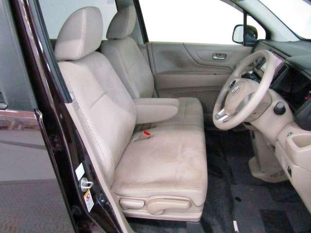 フロントシートはベンチシートです、運転席と助手席の移動が楽々です。真ん中にはアームレストも装備されています!