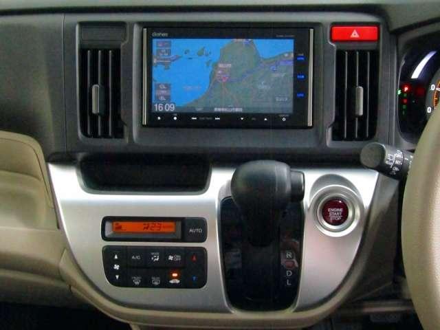 自然に手が届き、操作性の良いインパネシフト!エンジンスタートは赤いボタンをワンタッチ!パーキングブレーキはフットブレーキタイプなので、運転席と助手席の間は、スッキリしています。