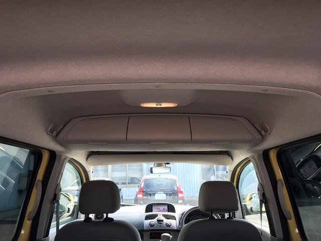先代では両サイドにあった収納ボックスはカーテンエアバッグの採用により後席の頭上に移動されました 3つのボックスのように見えますが中は繋がっているので長いものも収納可能です