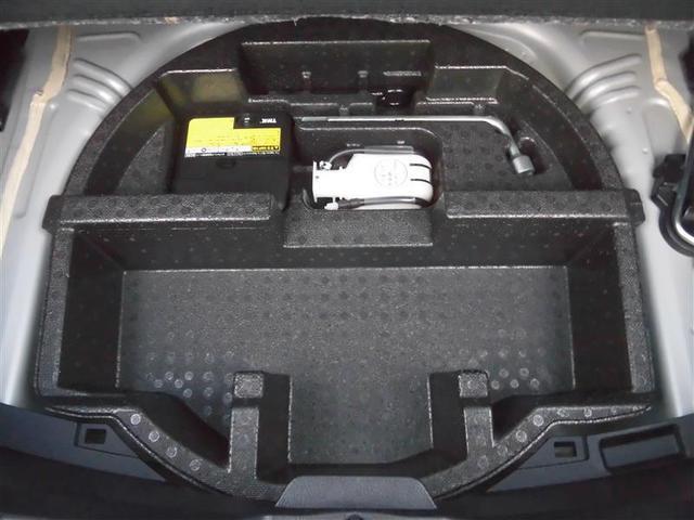 ラゲッジアンダーボックス装備。パンク修理キット装備。